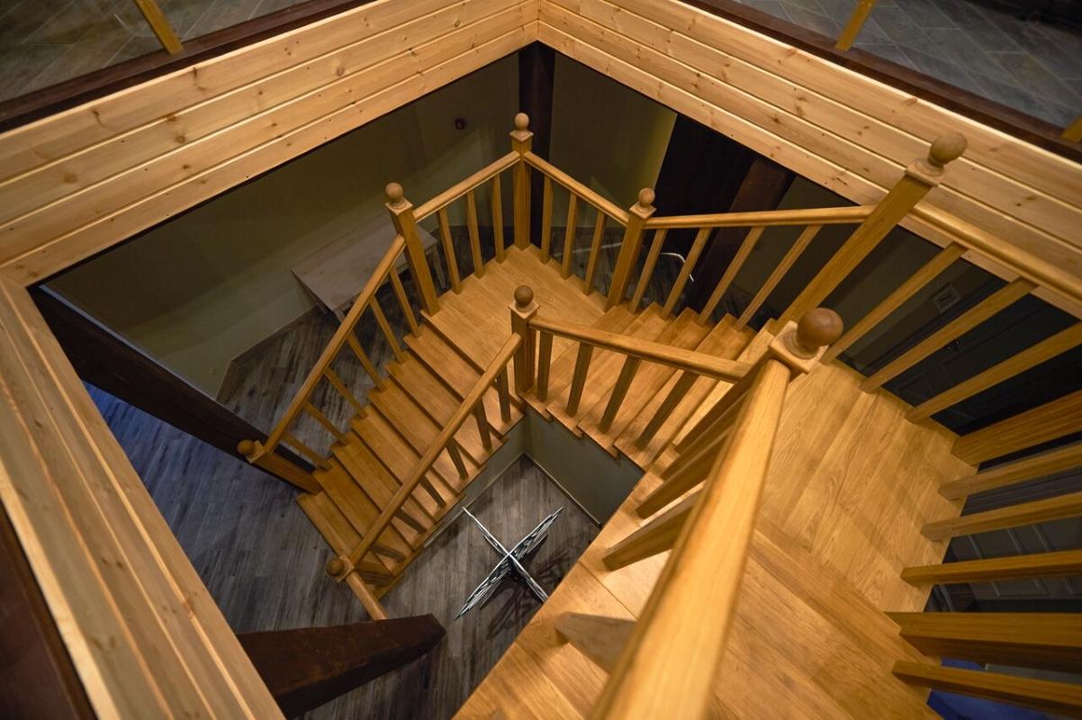 главный корпус лестница